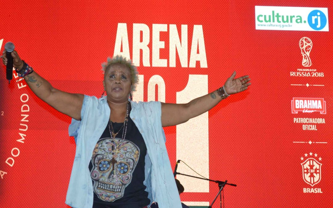 Sandra de Sá em Manguinhos após 2×0 Brasil