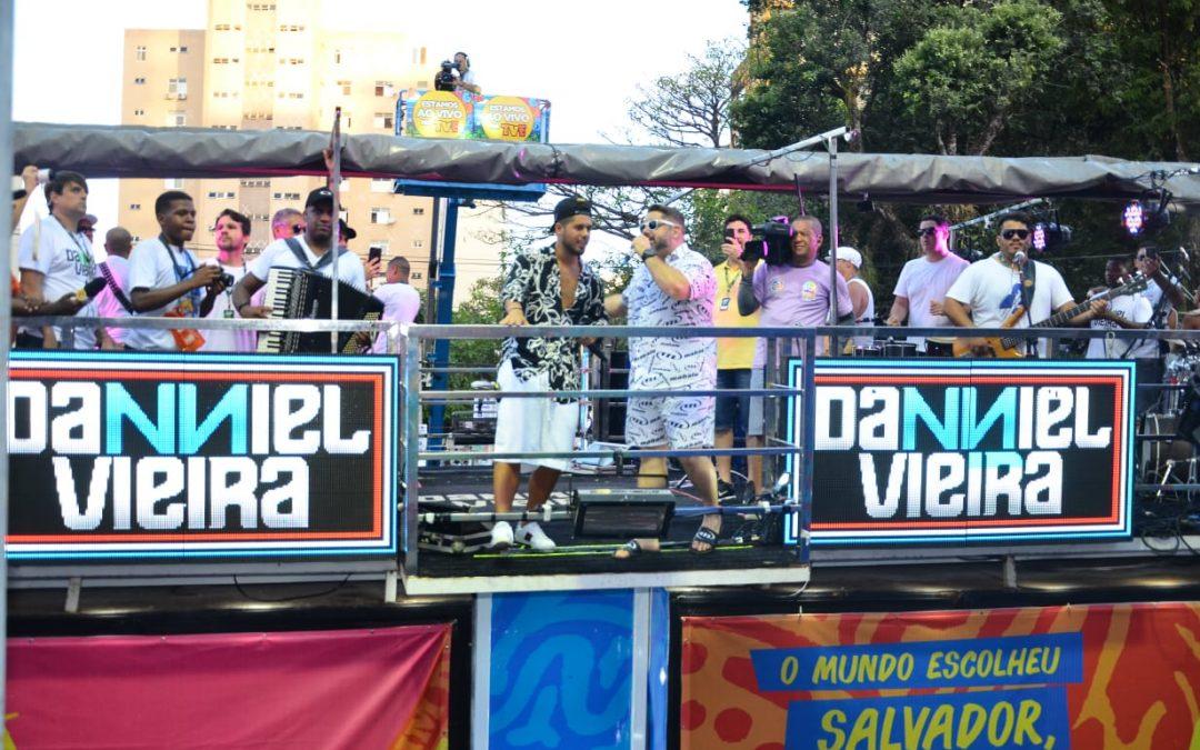 Ze Felipe filho de Leonardo canta com Danniel Vieira em Salvador