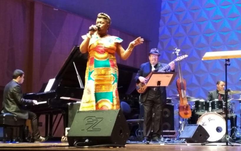 Tânia Amorim e Rio Pop Big Band na série Sala Jazz