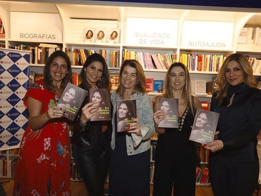 Lançamento de livro de superação lota livraria em shopping em SP