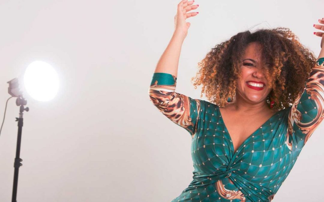 "Elem Narah apresenta show ""LUZ DA MINHA VIDA"" no Trapiche Gamboa."