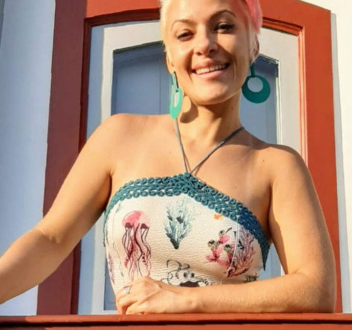 """Dani Coimbra canta """"Ovelha Negra"""" em homenagem a Rita Lee"""